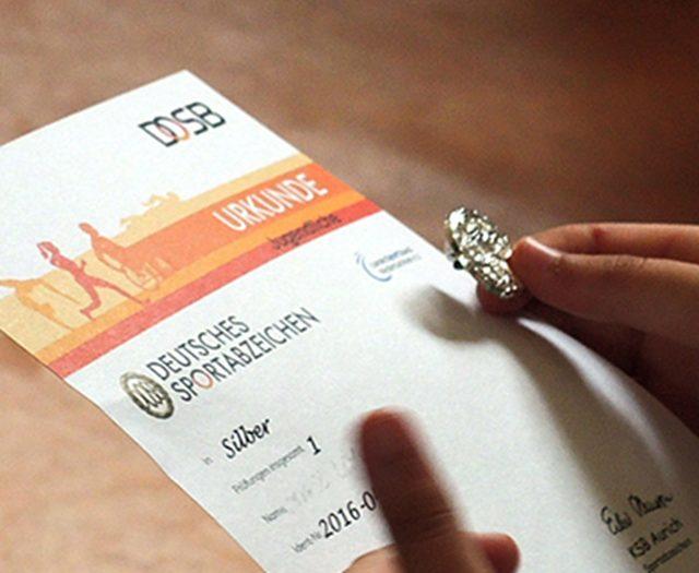 Urkunden und Abzeichen übergeben