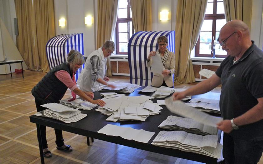 Auszählung der abgegebenen Stimmen im Wahllokal im Conversationshaus