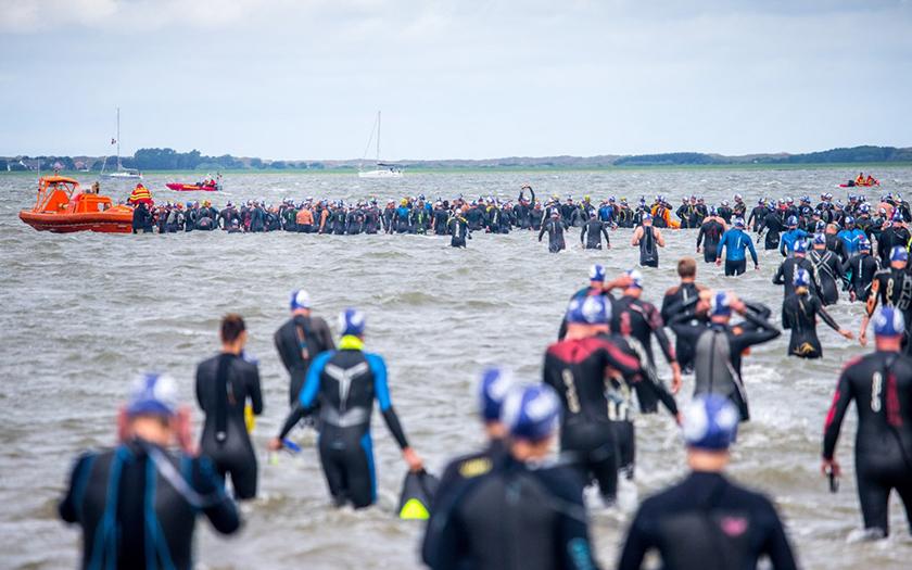 Die Inselschwimmer haben sich an der Startlinie versammelt