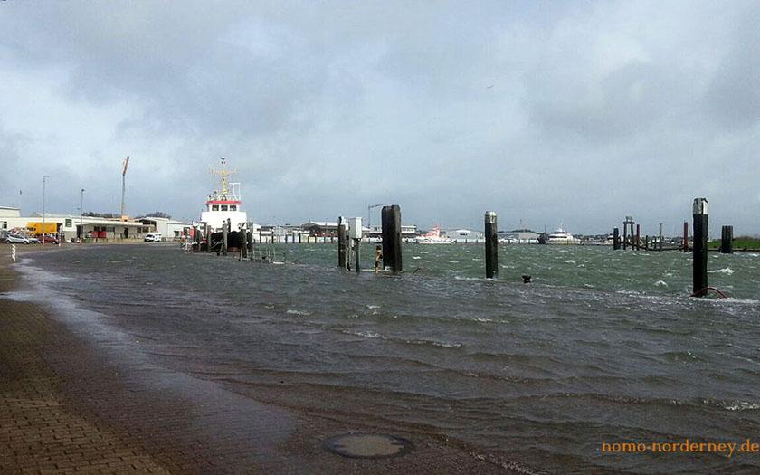Hafenbereich großflächig überflutet