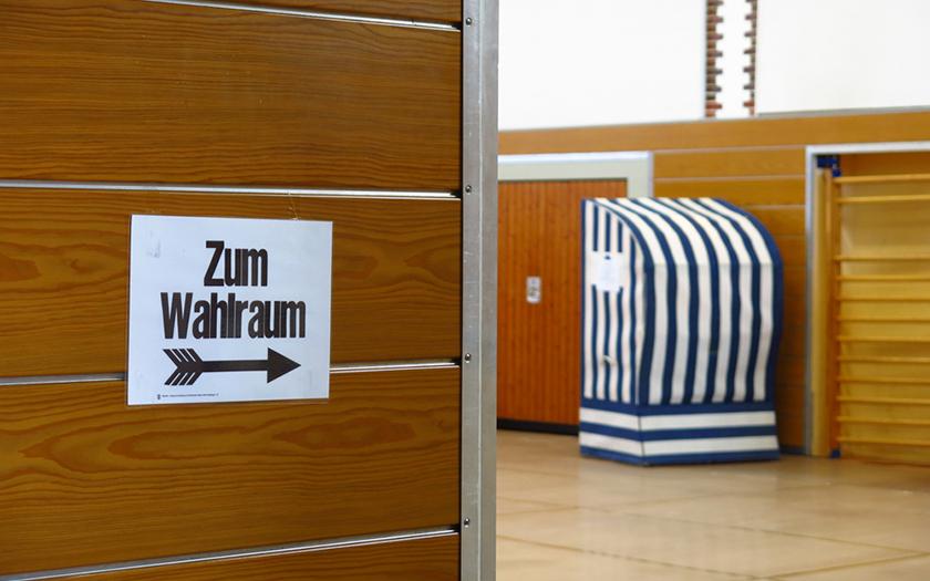 Eingang zum Wahlraum in der Grundschul-Turnhalle