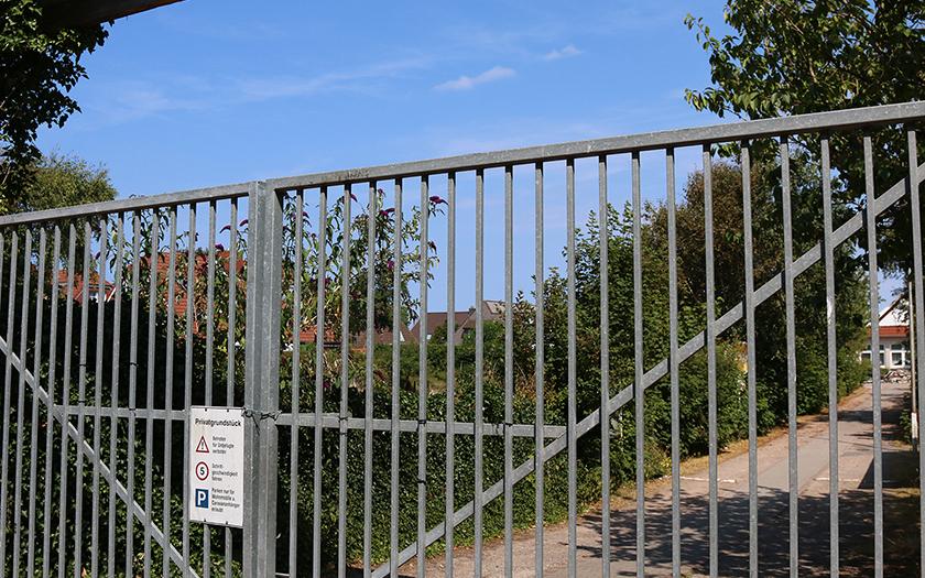 Geschlossenes Tor an der Einfahrt zum ehemaligen Campingplatz Booken