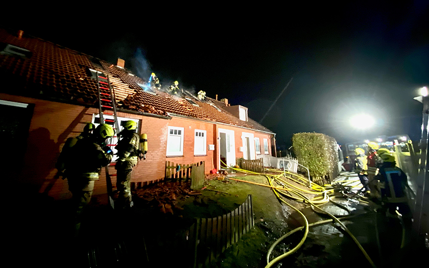 Der Dachstuhl eines Mehrfamilienhauses brennt