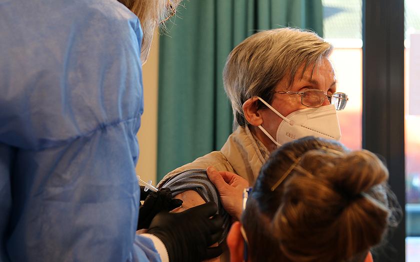 Erste Impfung im Seniorenzentrum