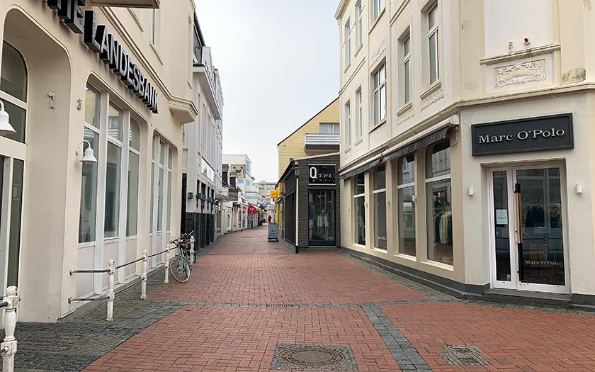 Ein Blick in die leere Strandstraße