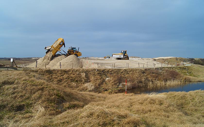 Baufahrzeuge unterstützen bei der Dünenverstärkung am Ostheller von Norderney