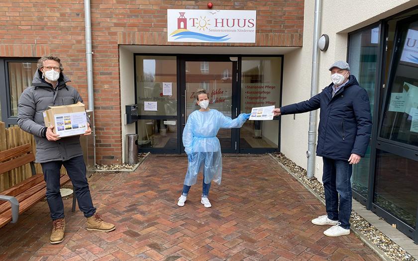 Der Lionsclub Norderney überreicht Gutscheine und Fotokalender an die Standortleiterin der Sander-Pflege vom Tu Huus