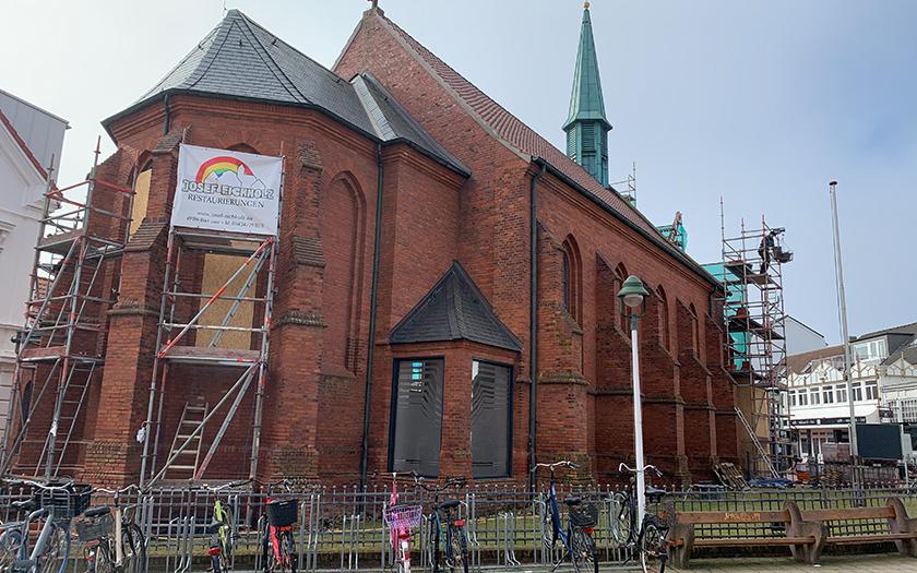 Baugerüste an der Kirche Ludgerus am Denkmal auf Norderney