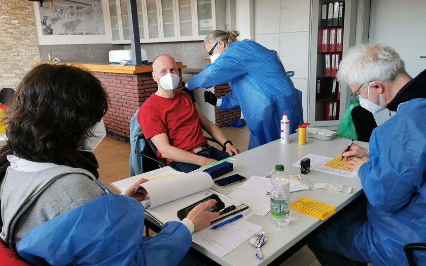 Ein Feuerwehrmann erhält seine Impfung gegen Covid-19.