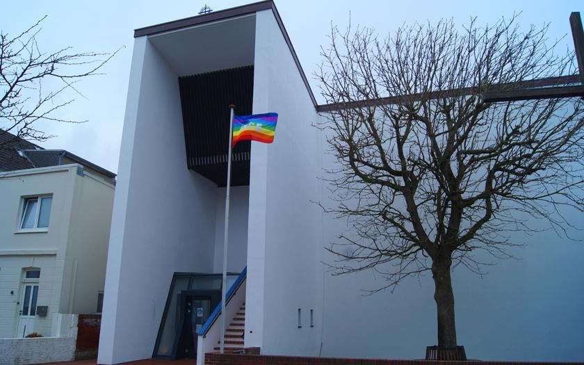 Die Regenbogenflagge weht vor der Norderneyer katholischen Kirche Stella Maris.