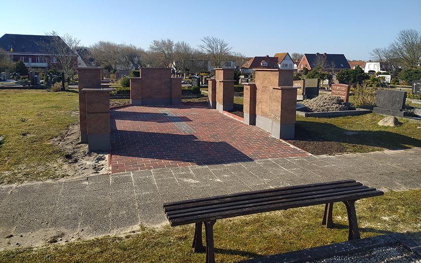 Urnenstelen auf dem Norderneyer Friedhof