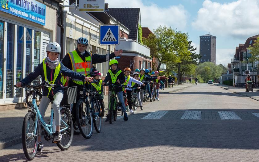 Grundschüler üben für Fahrradprüfung mit der Polizei