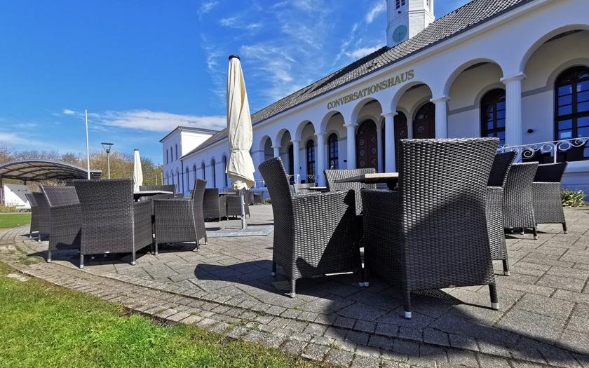 Stühle vor dem Conversationshaus auf dem Norderneyer Kurplatz
