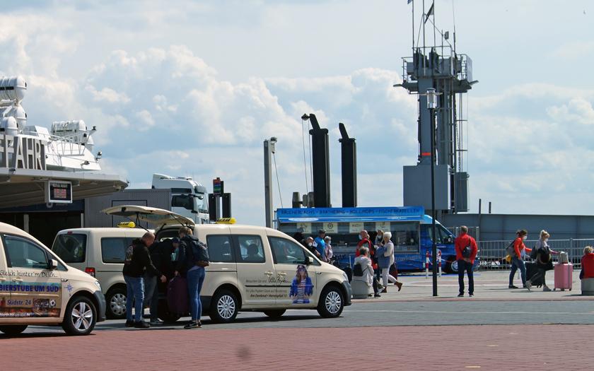 Urlauber am Hafenterminal auf Norderney