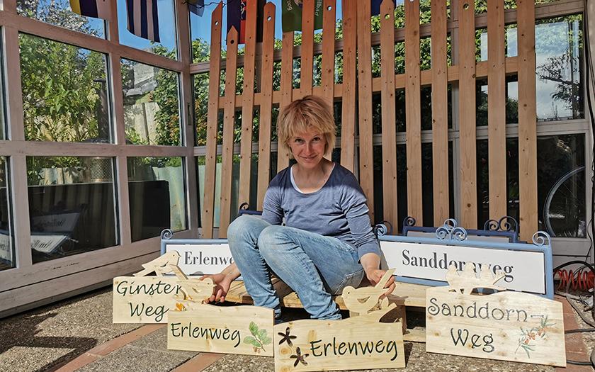 Norderneyerin Hiltrud Wiese mit den neuen handgefertigten Schildern