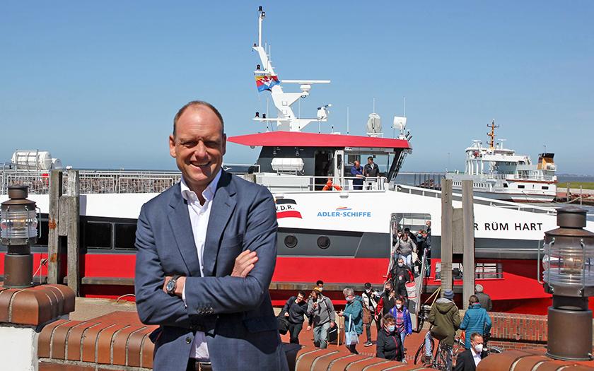 Reederei-Vorstand Carl-Ulfert Stegmann vor der gecharterten MS Adler Rüm Hart
