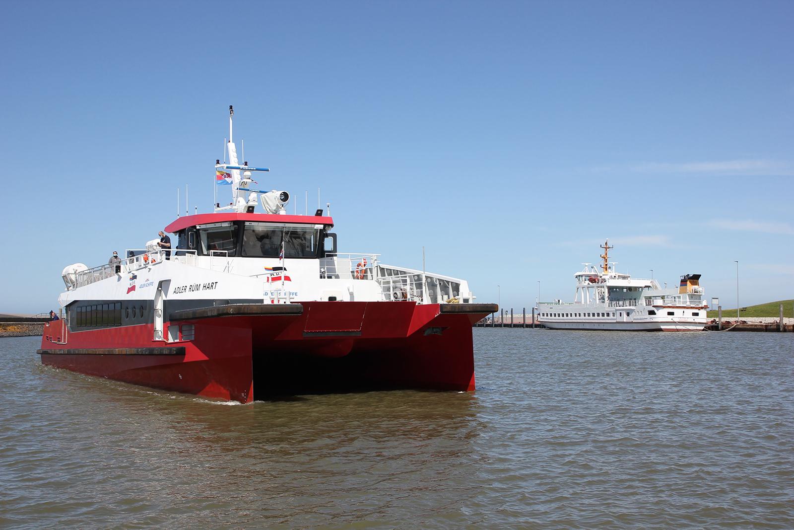 Die Rüm Hart bei der Einfahrt in den Hafen von Norddeich. Rechts zu sehen: die Frisia XI der Reederei Frisia