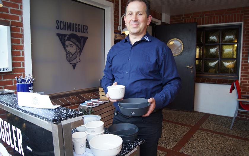 Norderneyer Gastronom Michael Kleimann aus dem Schmuggler präsentiert das Mehrwegsystem Vytal
