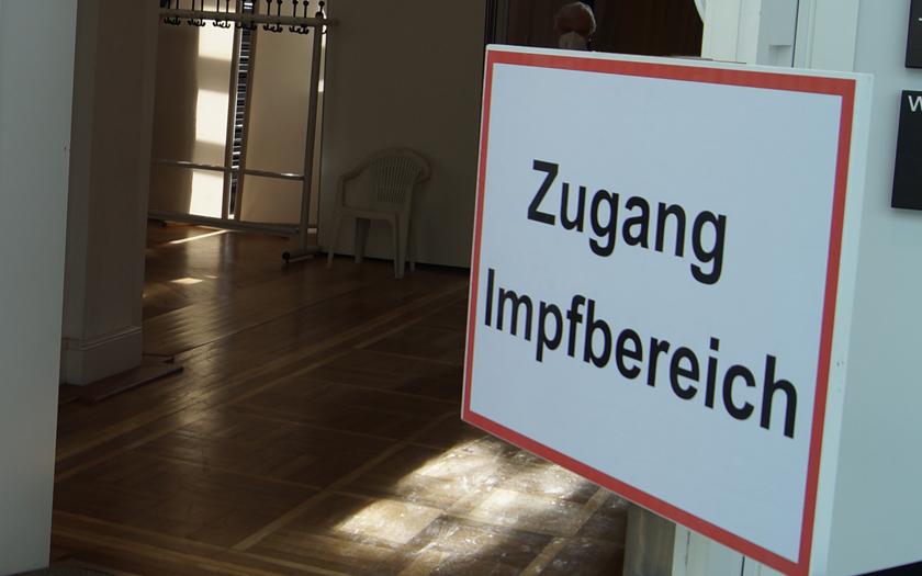 Schild Zugang zum Impfbereich im Norderneyer Conversationshaus