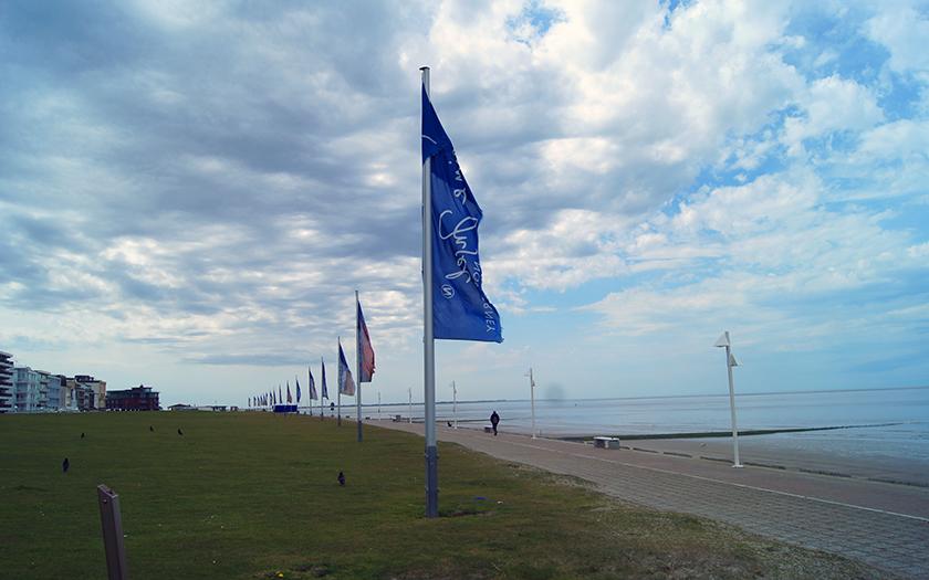 Flaggen wehen am Norderneyer Nordstrand