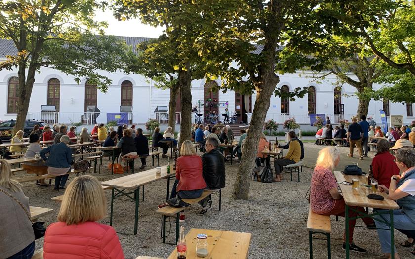 Zuschauer bei dem Konzert von Bra Soul im Norderneyer Kurgarten