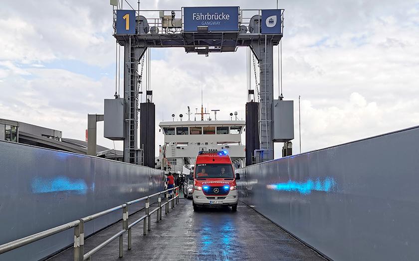 Das neue Einsatzfahrzeug auf der Fährbrücke