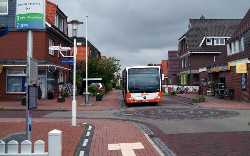 NC-Bus fährt eine Haltestelle in der Nordhelmsiedlung an