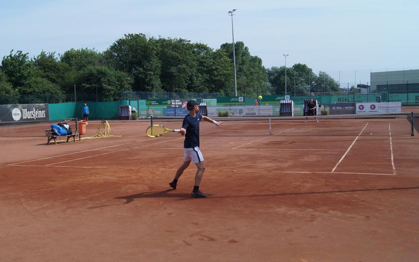 Ein Tennisspieler spielt einen Tennisball auf dem Sportplatz an der Mühle des TuS Norderney