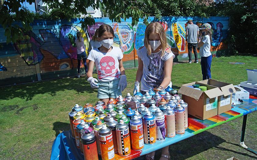 Junge Graffitikünstler bei der Farbauswahl
