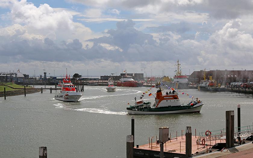 Ehrenrunde der Otto Schülke im Norderneyer Hafen