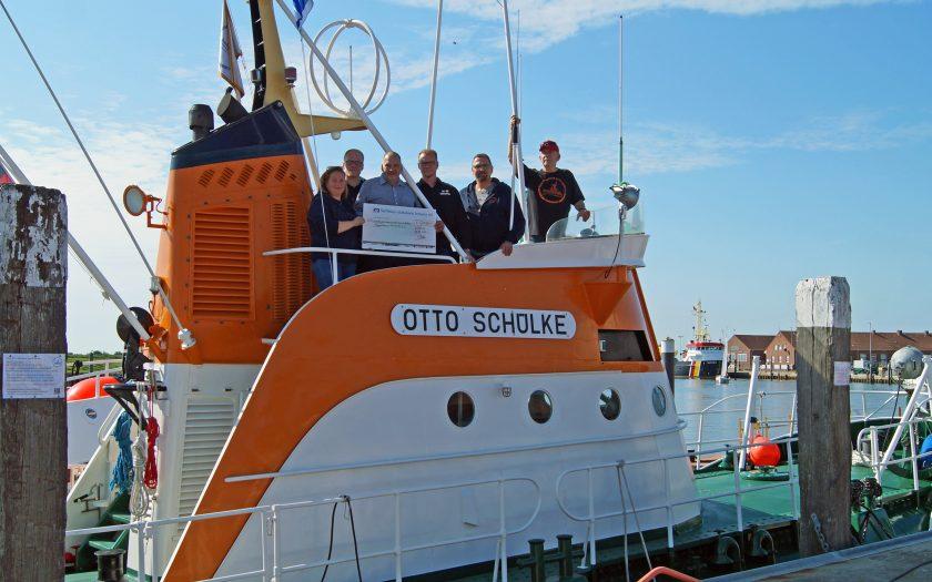 Spendenübergabe an Bord der Otto Schülke
