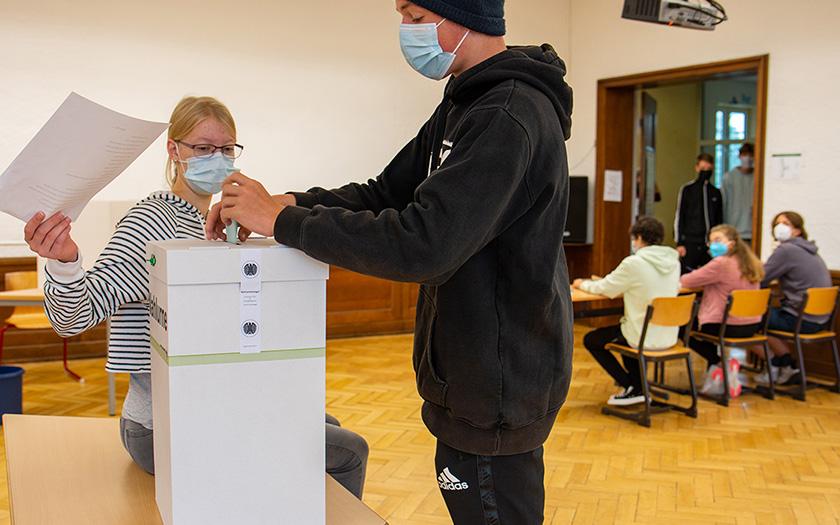 Schüler wählen im eigenen Wahllokal