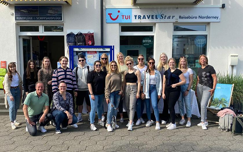 Gruppe von Azubis vor dem Norderneyer Reisebüro