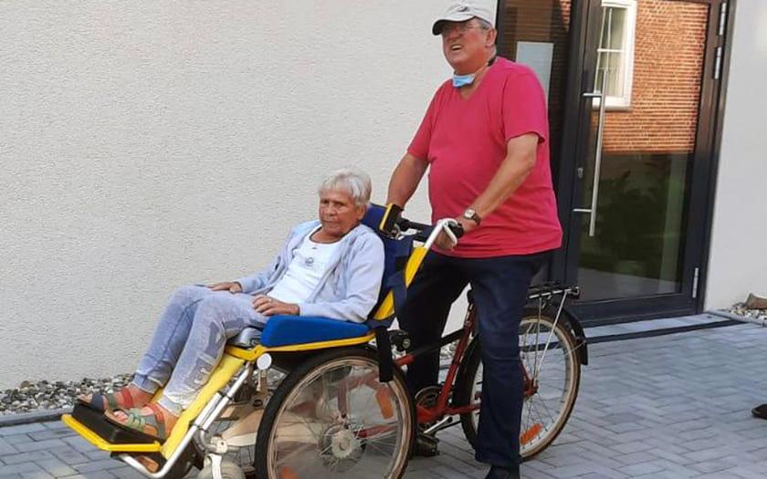 Hermann Lind fährt mit einer Bewohnerin spazieren