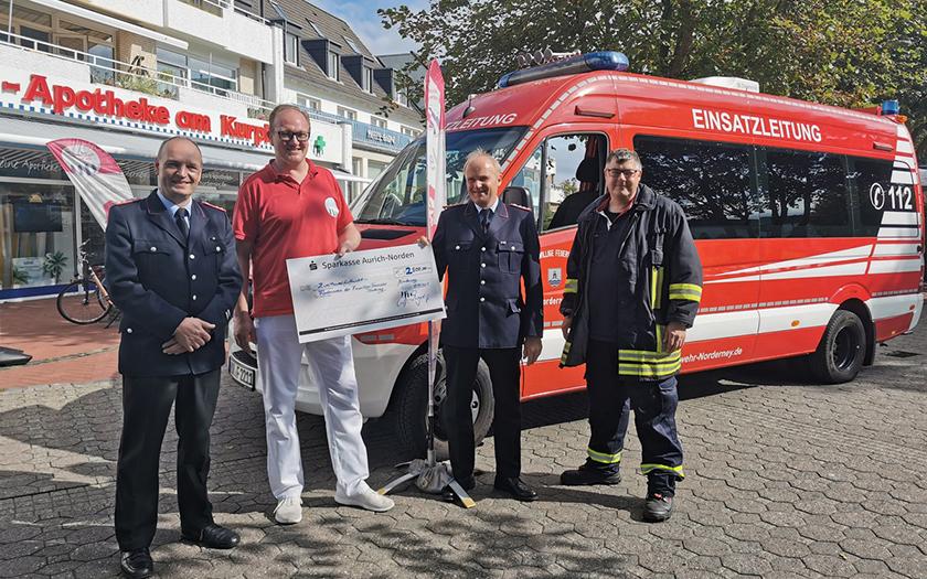 Apotheker Majert übergibt Spende an die Feuerwehr