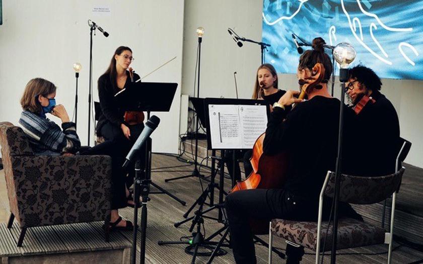 Das Orchester im Treppenhaus spielt im Norderneyer Conversationshaus
