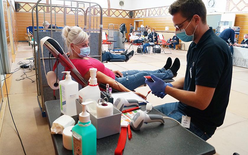 Blutspenderin in der Turnhalle der Grundschule auf Norderney