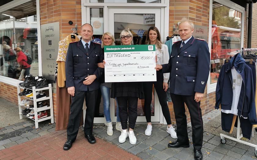 Spendenübergabe vor dem Geschäft L&L in der Poststraße