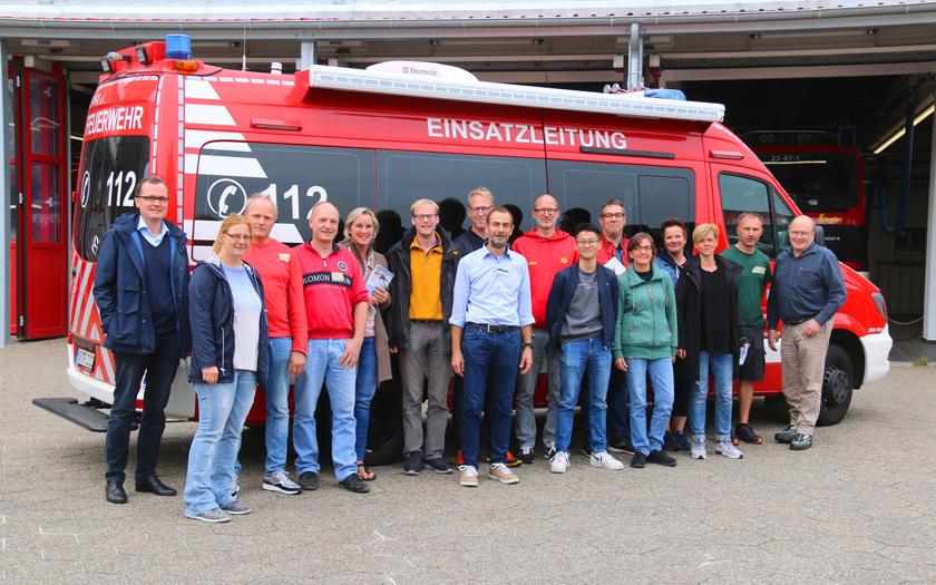 Seminarteilnehmer vor Feuerwehrfahrzeug