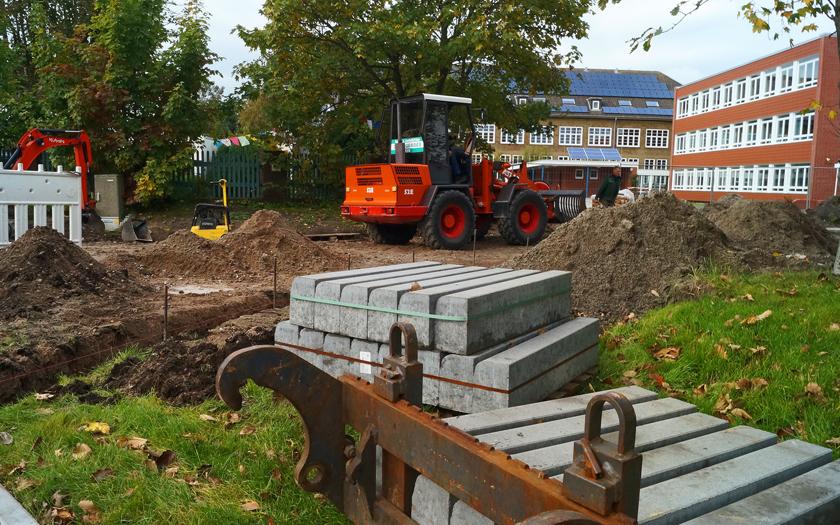 Baufahrzeuge vor der Kooperativen Gesamtschule Norderney